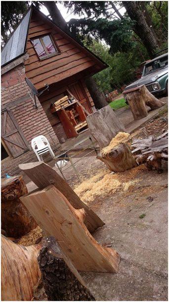 полено у домика в деревне
