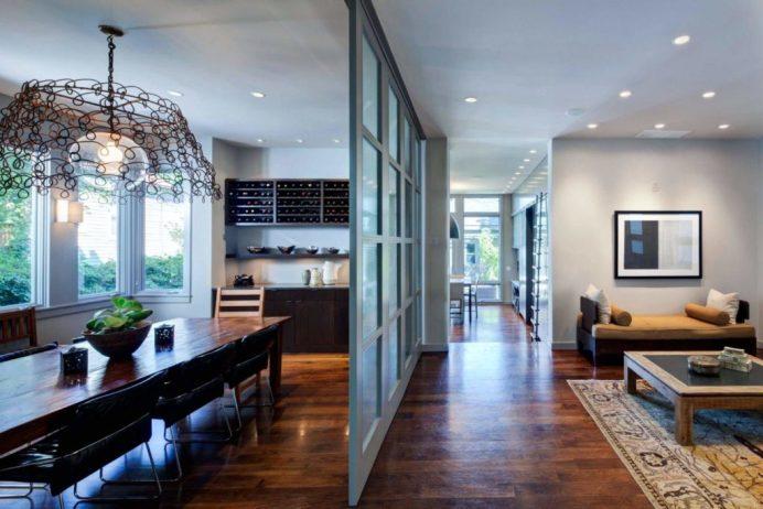 стеклянная перегородка в гостиной и кухне