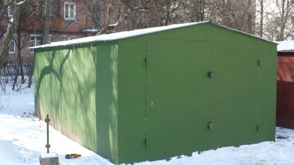 металлический гараж во дворе