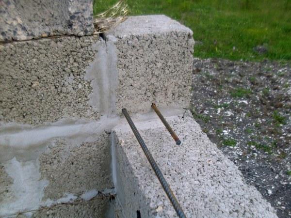 штыри в стене для армопояса