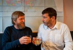 Боярский и я на фоне карты с маршрутом нашей экспедиции.
