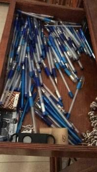 В процессе работы бросал исписанные ручки в ящик стола. Столько их было исписано.
