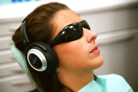 Sentarse en el sillón odontológico es, sin lugar a dudas, una experiencia claustrofóbica. El odontólogo se adentra en el espacio personal de las personas. Para muchas personas, el tener instrumental médico y aparatos dentro de su boca genera estrés. El sonido del equipo odontológico es también un problema: el ruido que genera el motor que mueve la fresa es sinónimo de un mal momento para muchos.