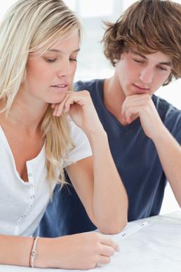 Muž se ženou a těhotenským testem