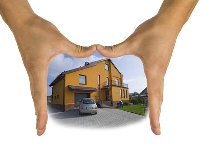 Ruce kryjící dům
