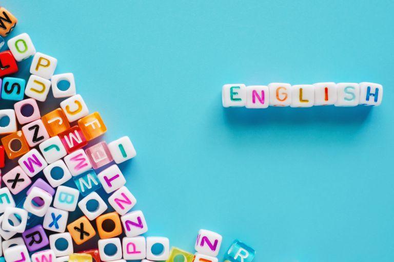 Napis Englisj ułożony z kolorowych klocków z literkami
