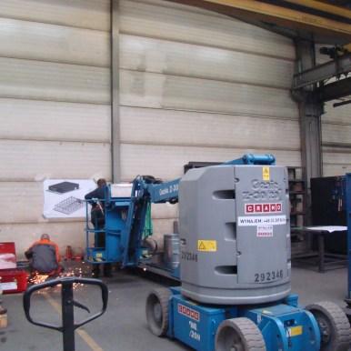 Prace wewnątrz hali podczas montażu systemu filtrowentylacji
