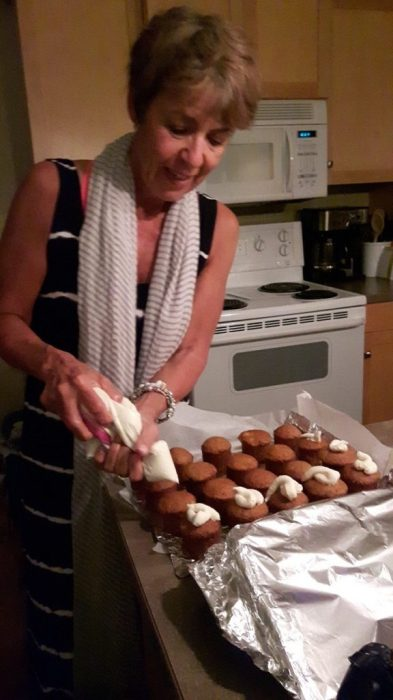 icing the mini carrot cakes
