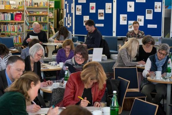 Teilnehmer der Bibliothekskonferenz des Regierungsbezirk Düsseldorfs bei der Gruppenarbeit.