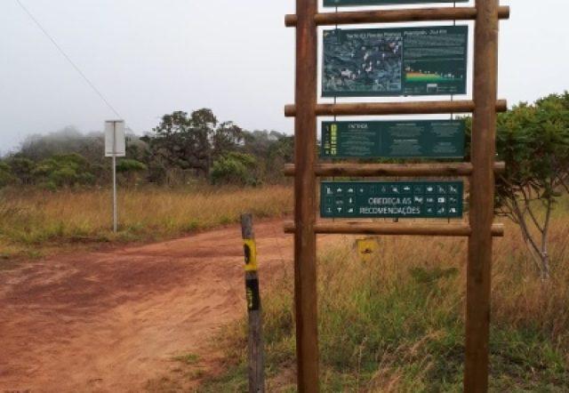 Placa de sinalização do Caminho de Cora. Foto: Paula Diniz