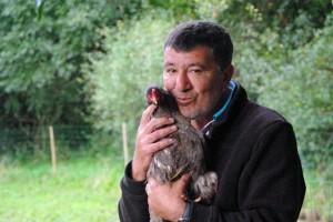 Gilles et sa poule brahma Leila