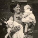 mère et son enfant, avec deux biquettes dans les bras