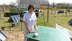 Devant l'un des poulailler pour la collecte des oeufs