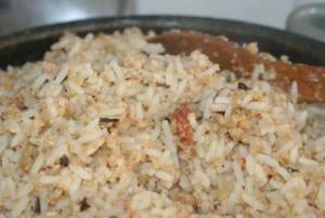 Fin de cuisson de la patée pour poules au riz et tourteau de soja.
