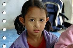 niña en clase - imagen by flickr