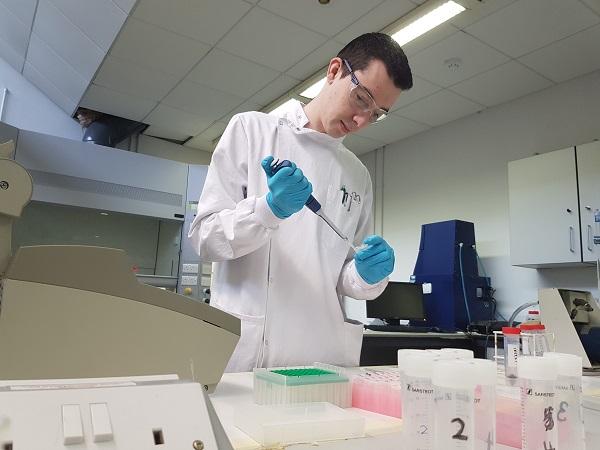 Jack Hassett working on Honeybee DNA extraction in LIT