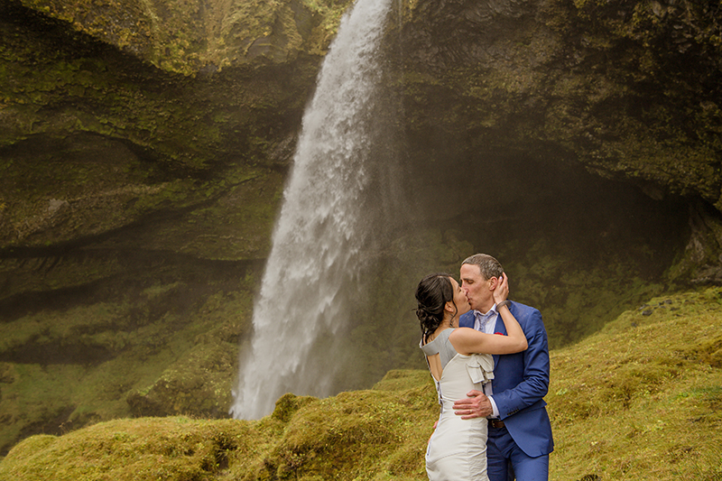 A rainy & majestic elopement to Iceland (with a neoprene dress!)