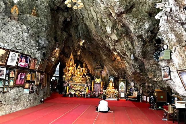 Wat Tham Pha Plong Chiang Dao (วัดถ้ำผาปล่อง)) Temple is a serene retreat into the mountains - A 510 steps climb through the forests. A few kilometers from Chiang Dao Caves (ถ้ำเชียงดาว) and Wat Tham Chiang Dao (วัดถ้ำเชียงดาว) Buddhist Temple, this is one of the best places to visit in Chiang Dao - 70 Kms from Chiang Mai in North Thailand.