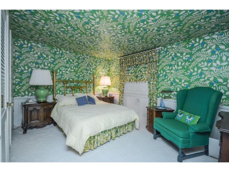 Hey, you can also mix it up -- match the wallpaper to the draperies and the bedskirt!