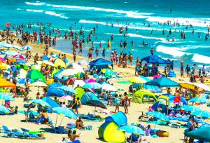 """Bildnachweis: """"Onjuku Beach"""" by Yoshikazu TAKADA CC-BY 2.0 und """"We still have the sky."""" by sixtwelve CC-BY 2.0, zusammengestellt und bearbeitet von Simon Mallow."""