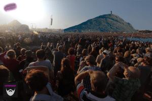 Bildnachweis:Jesus by Lukas Plewnia CC-BY-SA 2.0, crowds! by twak CC-BY 2.0, Hill by chb1848 CC-BY-SA 2.0 und Sandwich by Bharat Mirchandani CC-BY-SA 2.0, montiert und bearbeitet von Simon Mallow.