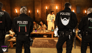 """Last Supper"" by Steve Evans CC-BY-NC 2.0, ""Polizei"" by Daniele Civello CC-BY-NC 2.0, ""Beers"" by Mark Kjerland CC-BY-SA 2.0 und ""Johnny - Green"" by Vaughan Leiberum CC-BY 2.0, zusammengestellt und bearbeitet von Simon Mallow."