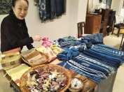 カンボジアの雑貨について語るボランティアの野口さん