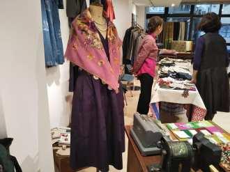 オヤ刺繍のショールをまとう美しいローブ