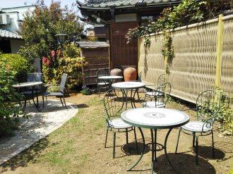 美しい裏庭の席