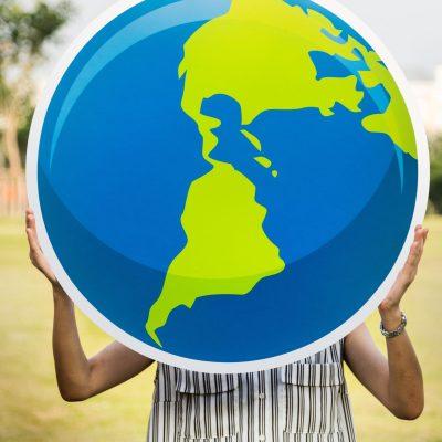 地球を抱える人の写真