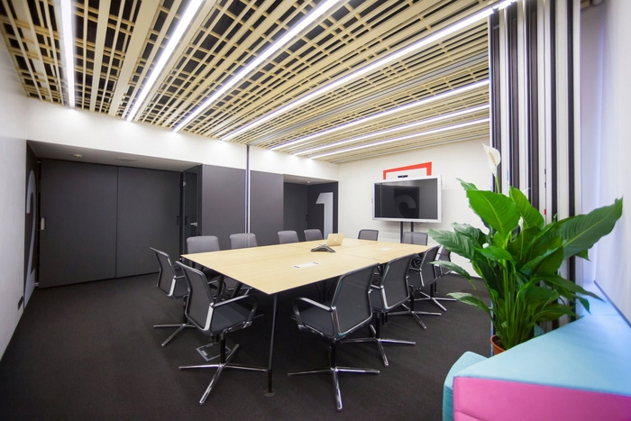 red-square-office-design-10