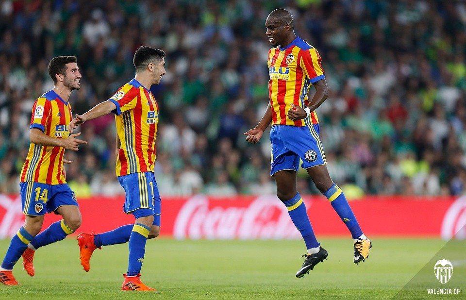 El Valencia se coloca segundo tras golear y sufrir ante el Betis (3-6), por @JordiSanchiss