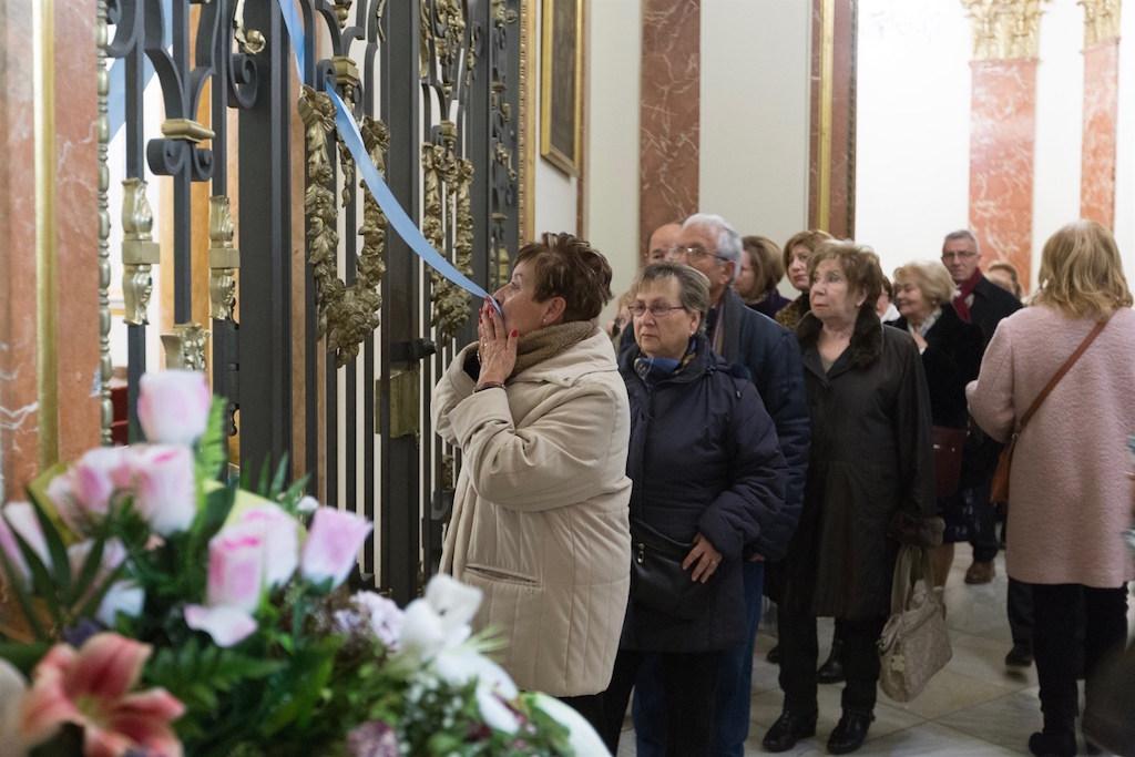 La Basílica de la Virgen estrena un nuevo sistema para besar el manto de la patrona