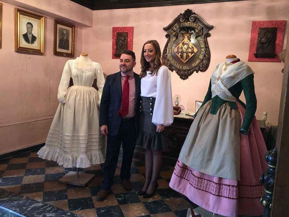 GALERÍA| Los detalles del traje a 'l'antiga' que Rocío Gil estrenó en la Gala de la Cultura