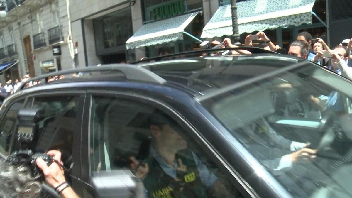VÍDEO| Así ha sido el momento en que Zaplana abandona detenido su domicilio de València tras un registro de 5 horas