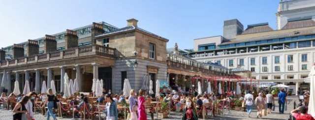 Aree da pranzo all'aperto decorate con piante a Covent Garden