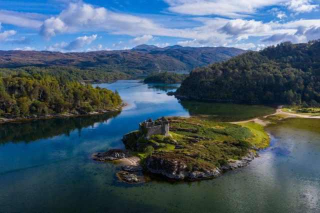 Un'isola scozzese tranquilla e remota, circondata dall'acqua.