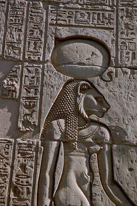 A cerveja vermelha de sekhmet - Sekhmet, deusa Leoa Guerreira, em baixo relevo no Templo de Kom Ombo. Cerveja vermelha