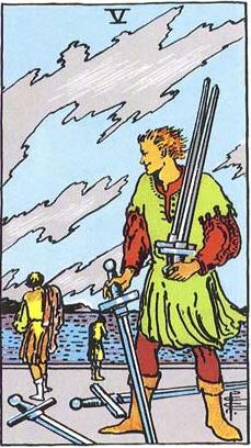 Assim como ensina o 5 de Espadas, é preciso aprender com as vitórias e derrotas, nada de pensar em si mesmo como apenas um perdedor e largar a própria causa! Imagem: Tarot de Rider Waite.