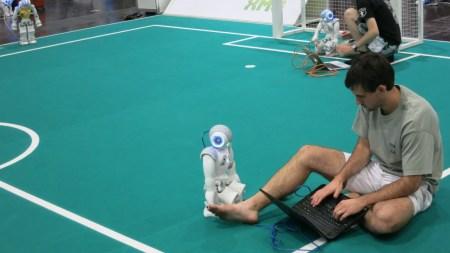 Robocup2016 - ingeniero programando sobre el terreno. Oficina de latentes [www.oficinadelatentes.com]