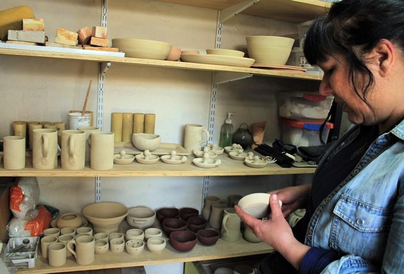 Ximena junto a sus piezas luego se su primer proceso en el horno. Foto por Celia Cisternas