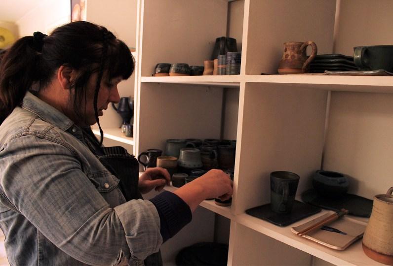 La ceramista observando sus creaciones. Foto por Celia Cisternas