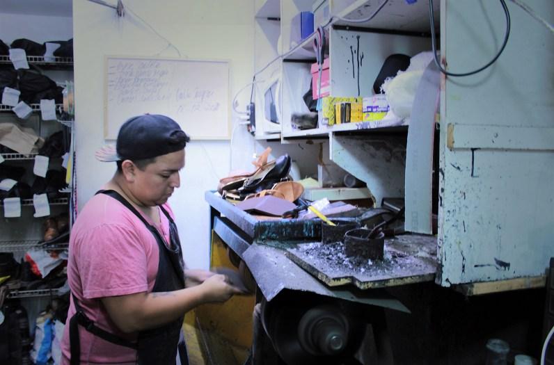 Adolfo trabajando. Foto por Celia Cisternas U.