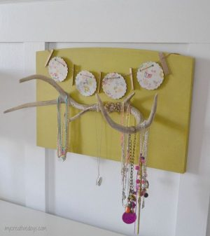 This DIY Antler jewlery holder is too cute for the girl's bedroom! Repin if you love this!