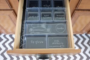 chalkboard drawer organization e1509561534763 - 17+ Seriously Clever Ways to Use Chalkboard to Organize Your Home