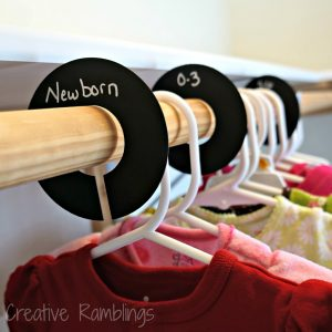 Use chalkboard closet dividers to organize your kids clothes. Repin for later!