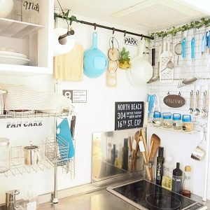 Small Japanese kitchen organization ideas. Love this set up! Repin for later.