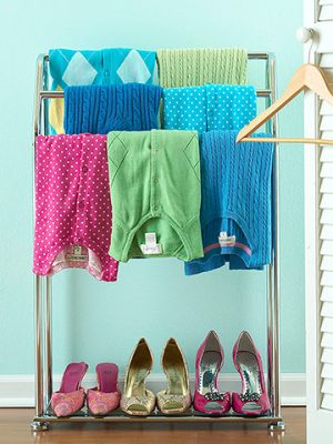 Use a towel rack to organize clothes and shoes in a tiny dorm room. Repin for later!