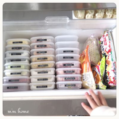 fridge organization with plastic containers e1514475192558 - 7 Brilliant Cleaning and Organizing Ideas for a Tidy Fridge