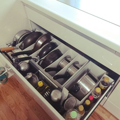 THIS IS HOW TO ORGANIZE YOUR POTS AND PANS IN THE KITCHEN. IT WILL SAVE A TON OF SPACE AND LOOK NEAT AND TIDY.